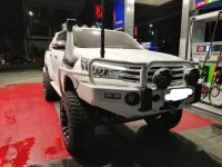 White Toyota Hilux 2016 at 35000 km for sale